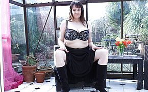 Large Boobed British Housewife Jerking In Her Gardenhouse
