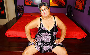 This Chubby Mature Lady Plays With Her Honeypot