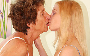 Aged Girlfriend Felice Luvs The Taste Of Younger Pussy