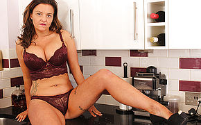 Hot British MILF Playing Woth Her Pussy In The Kitchen