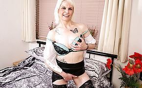 Horny Temptress Skyler Loves To Play Ith Herself
