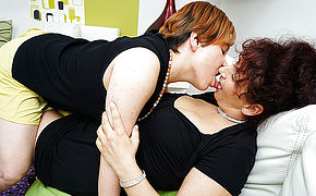 Two Housewives Lick Each Others Pussies