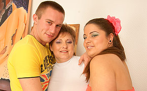 Pretty Cougar In Mind-blowing Groupsex